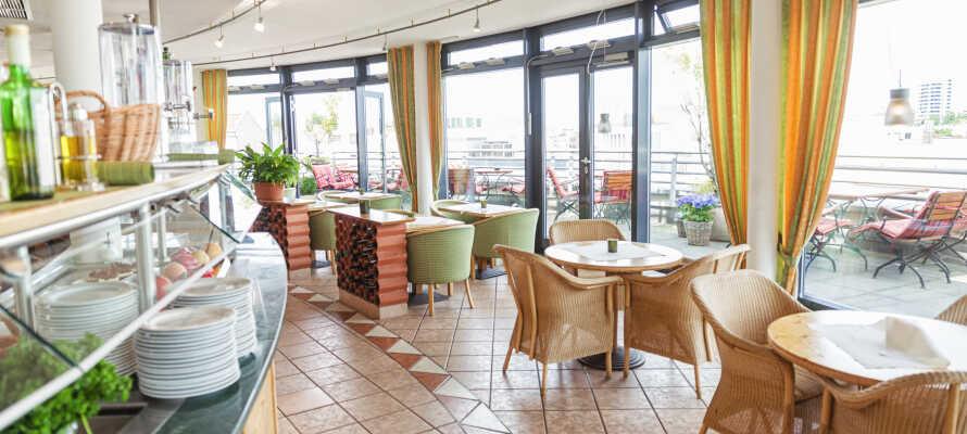 Nyt frokosten med en herlig utsikt over Berlin fra hotellets 7. etasje.