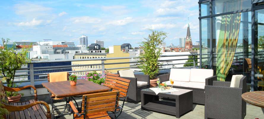 Når været er fint, er det helt opplagt å nyte en forfriskning på hotellets rooftop-terrasse.