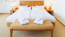 Det er både enkeltrom og dobbeltrom tilgjengelig, og noen dobbeltrom kan bestilles med ekstra senger.