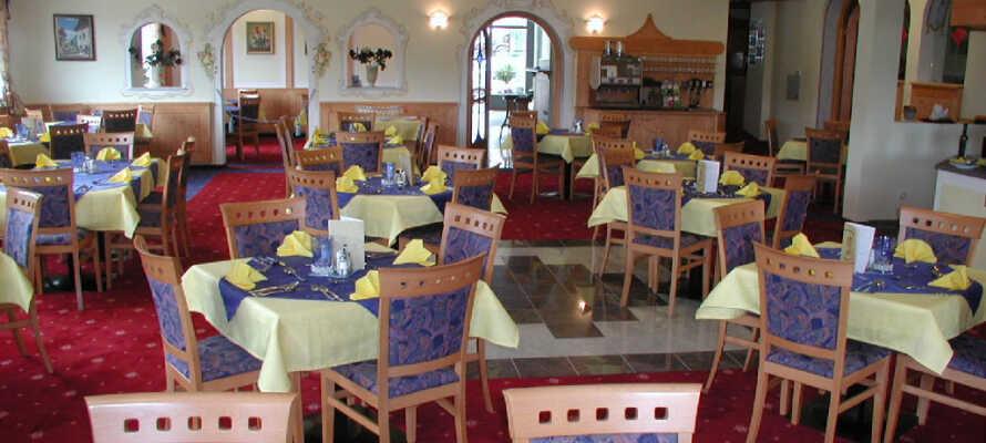 Genießen Sie ein gutes Abendessen im gemütlichen und familienfreundlichen Restaurant des Hotels.