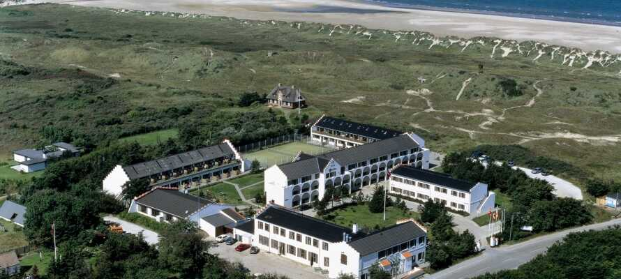 Hotellet ligger i naturskønne omgivelser kun 200 meter fra Vesterhavet og stranden