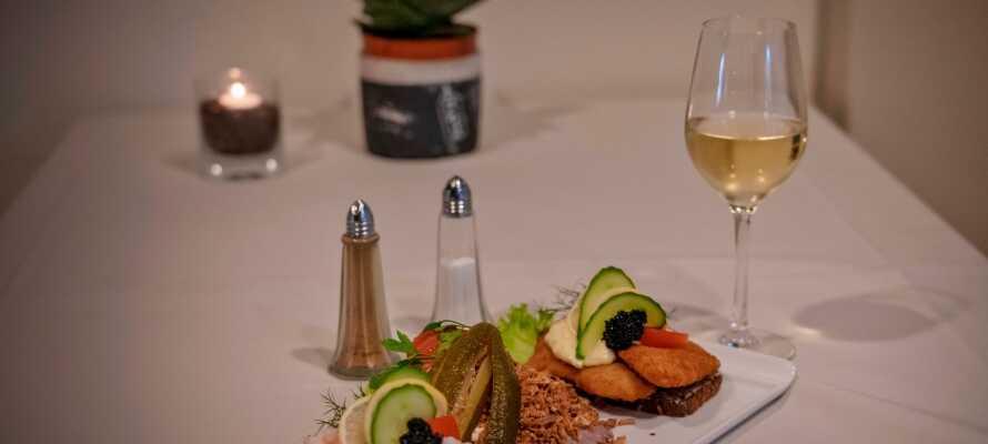 Vid ankomst står tre läckra smörrebröd och gott vin redo att avnjutas på rummet.