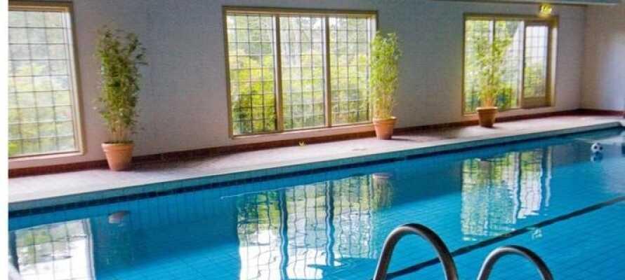 Der er gratis adgang til indendørs pool, sauna og fitnessrum
