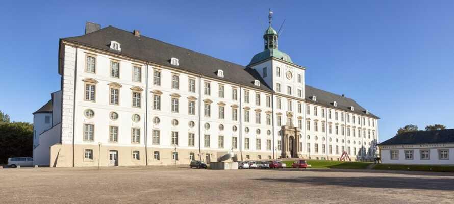 Besök Gottorp Slott med de vackra barockträdgårdarna och tre konstmuseum: landsmuseum för konst, kulturhistoriska och arkeologiska museet.