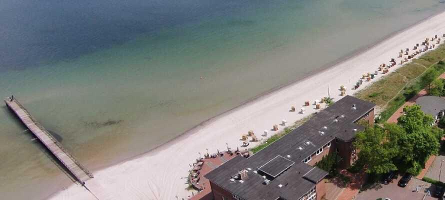 Den mysiga kurorten Eckernförde ligger inte långt från hotellet och här kan ni slappna av på stadens vackra strand.