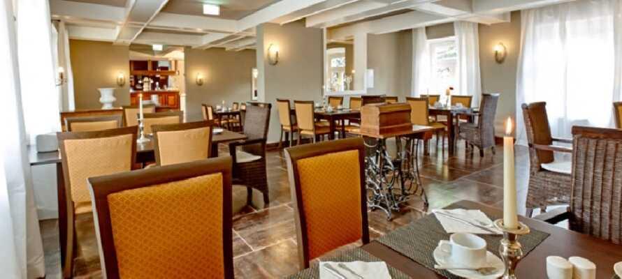Nyd Jeres morgenmad i hotellets restaurant, der er indrettet med fine, antikke møbler.