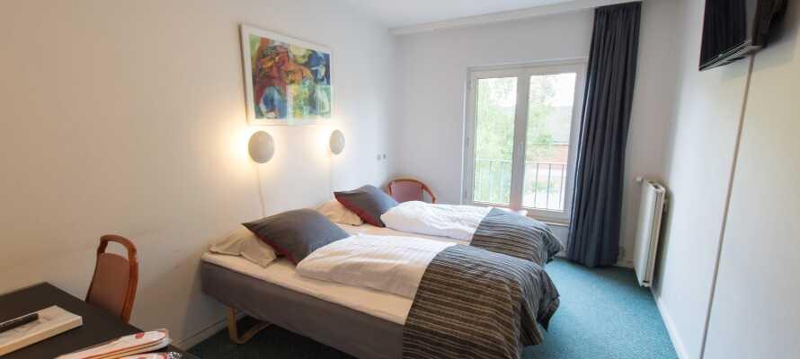 De moderne indrettede værelser sørger for en behagelig ramme om Jeres ophold.