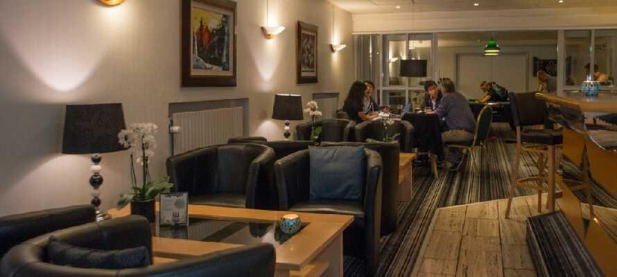 Ät middag på hotellet och tillbringa en mysig stund på kvällen i hotellets bar- och loungeområde