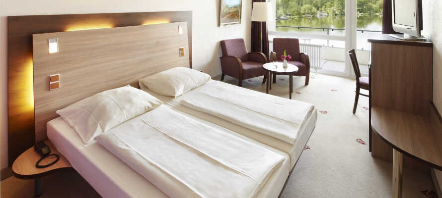 Hotellrummen är ljust och bekvämt inredda, samt utrustade med balkong eller terrass med sjöutsikt.