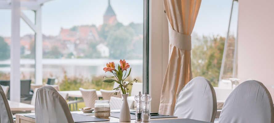 Ät och drick gott på hotellet, i inbjudande omgivningar med vacker utsikt.