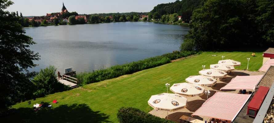 Hotellet har ett naturskönt läge precis vis sjön Schulsee. Slappa i trädgården eller på terrassen!
