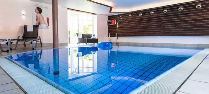 Das Hotel verfügt über einen Wellnessbereich mit Sauna, Dampfbad und Swimmingpool, der Ihnen zur freien Verfügung steht.