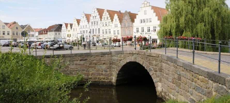 Friedrichstadt  domineras av sina kanaler och längs dessa de typiska trappstegsgavlarna.