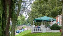 Den hyggelige terrasse ligger lige ud til en af byens smukke kanaler