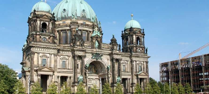 Berlin er fullt av imponerende byggverk og domkirken med sin skjønne beliggenhet er en av dem og definitivt verdt et besøk.