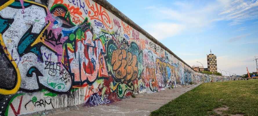 Berlinmuren delte i nesten 45 år Tyskland i to. I dag kan dere bare se en liten rest av muren, men dere kan fremdeles merke dens mørke historie.
