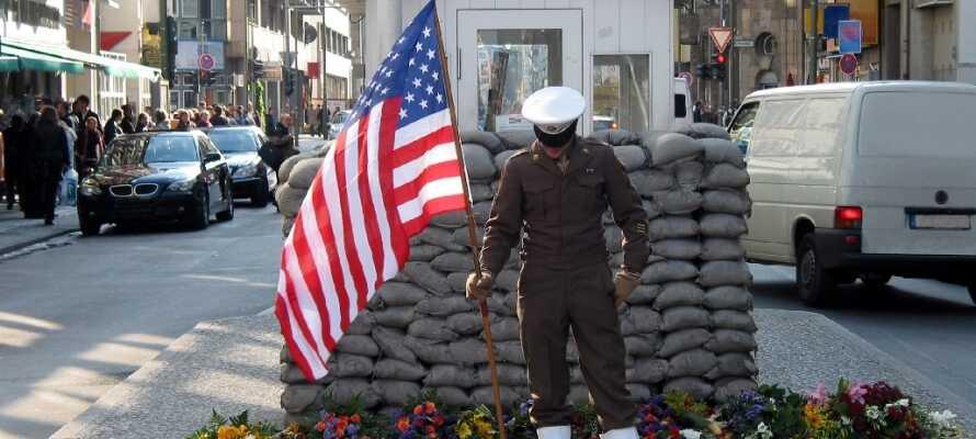Følelsen av den kalde krigen kommer tydelig frem ved Checkpont Charlie. Selv om navnet høres fint og glamorøst ut, så betyr Checkpoint Charlie faktisk bare Kontrolpunkt