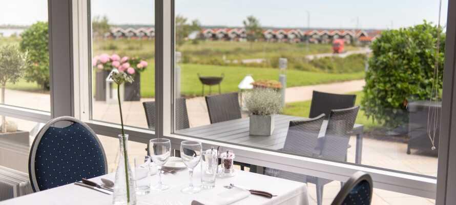 Fra hotellets restaurant og terrasse er det en flott utsikt over området ned til vannet