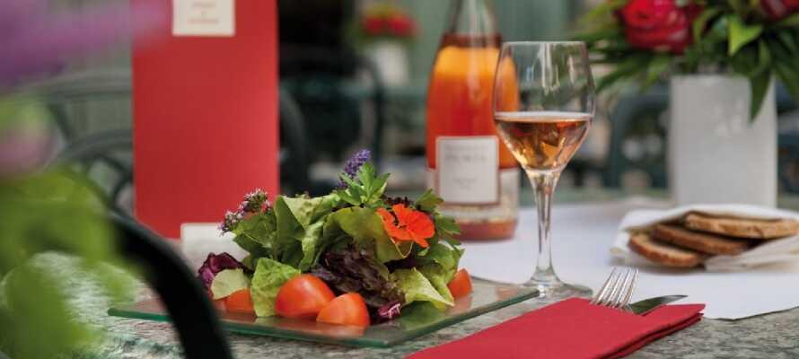 Njut av god mat och drick på restaurangen eller terrassen med utomhusservering under sommarmånaderna.