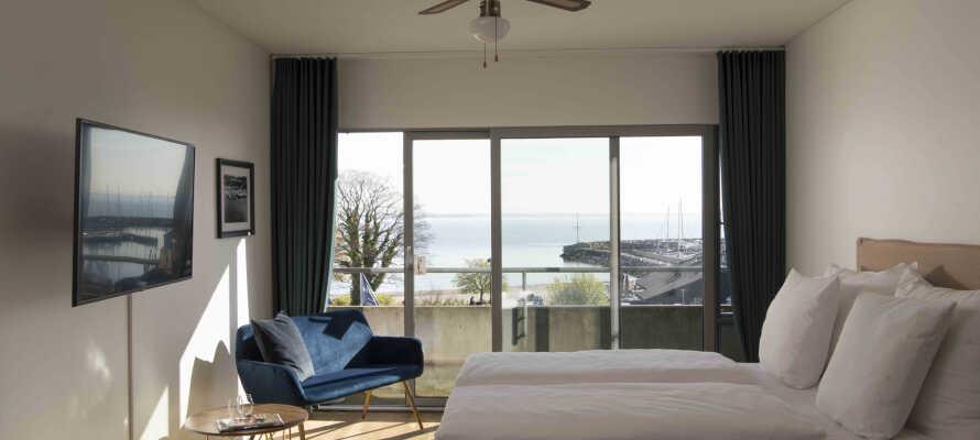 Hotellets ljusa rum erbjuder en behaglig vistelse i modern miljö.