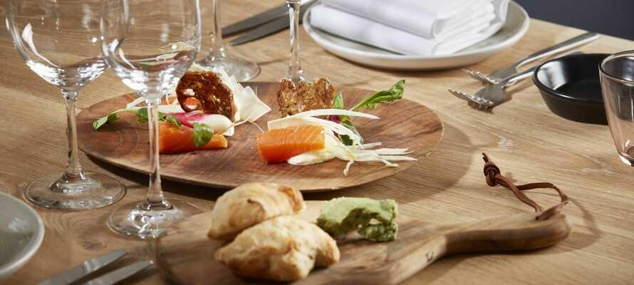 Restauranten serverer udsøgte måltider i et prisvindende madkoncept, og har fået tildelt Det Økologiske Spisemærke i sølv for sit miljøvenlige fokus.