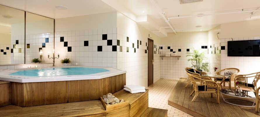 Hotellet har et hyggeligt relaxområde med boblebad og sauna samt et fitnessrum med et godt udvalg af forskellige træningsmaskiner.