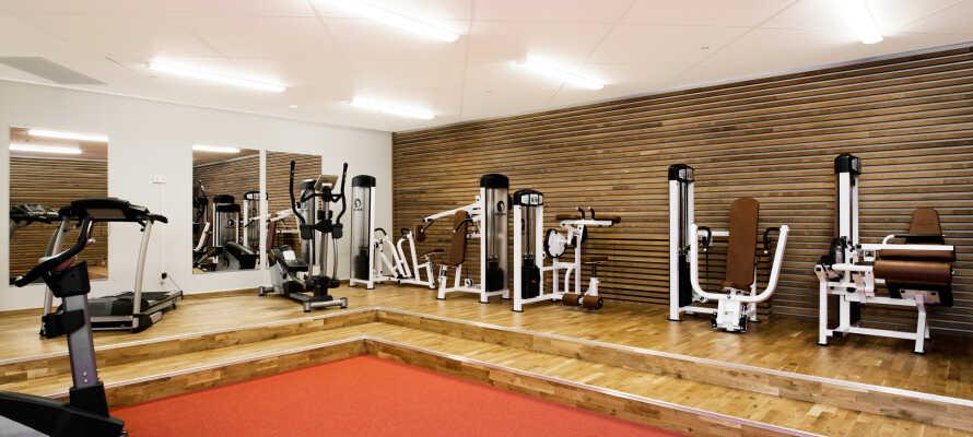I kan træne og få pulsen op i hotellets moderne fitnessrum, hvor der er mange forskellige maskiner og faciliteter.
