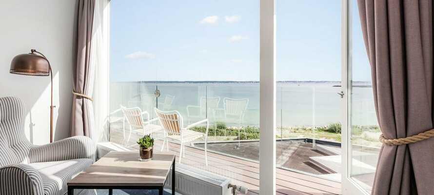 Dere bor nær havet, og mange av hotellets rom har balkong og en fantastisk havutsikt.