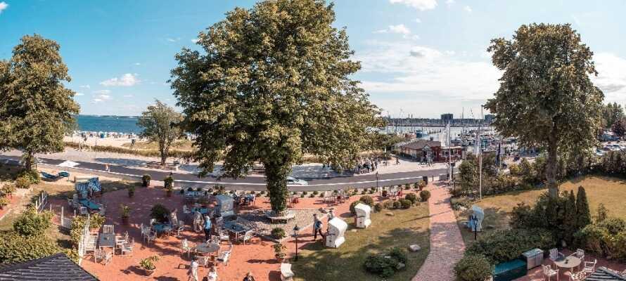 Nyt livet og det fine været på hotellets store terrasse med utsikt mot havet.