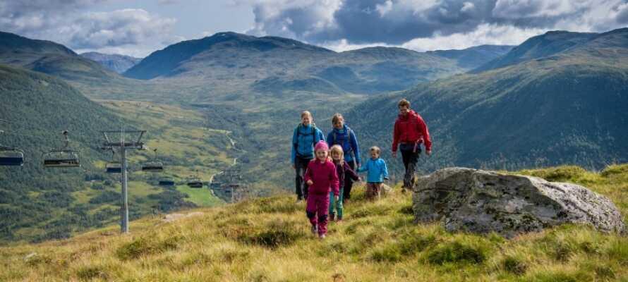 Ta med hela familjen på en aktiv semester i Myrkdalens vackra landskap, oavsett årstid