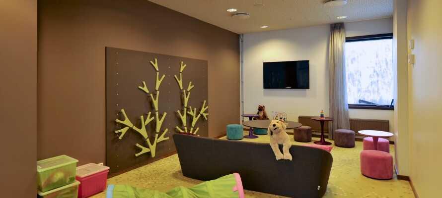 Barna kan kose seg i hotellets lekerom, hvor det er noe for både små og store barn.