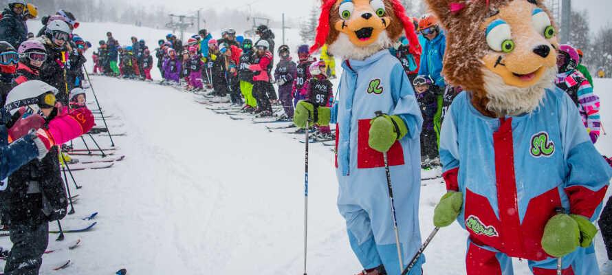 Når snøen dekker skiløypene, er det mange ski-arrangementer for de yngre familiemedlemmene.