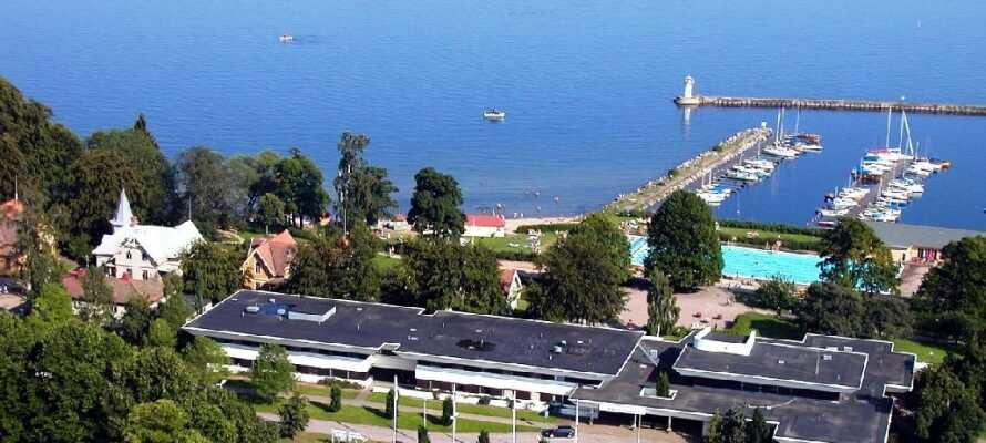 Hotel Bellevue Hjo har en fantastisk beliggenhet ved Vättern og lystbåthavnen.