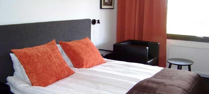 Nyt den hyggelige atmosfæren på hotellet med lyse og friske værelser og en varm og hyggelig restaurant.