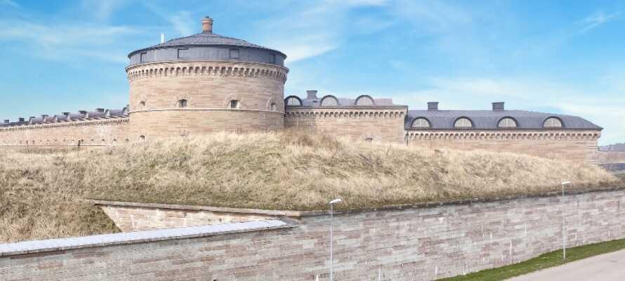 Gör en dagstur till Karlsborg och upplev stadens spännande historia Karlsborgs och dess mäktiga fästning.