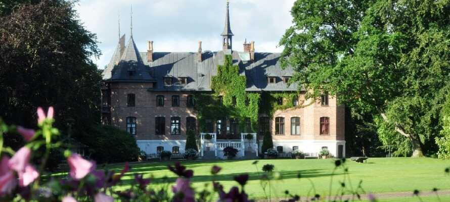 Se det smukke Sofiero Slot og gå en tur blandt den imponerende samling af rhdodendroner.