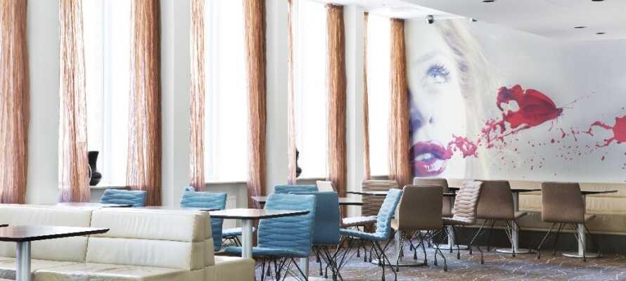 Nyt en kopp kaffe eller te i hotellets hyggelige lobby.