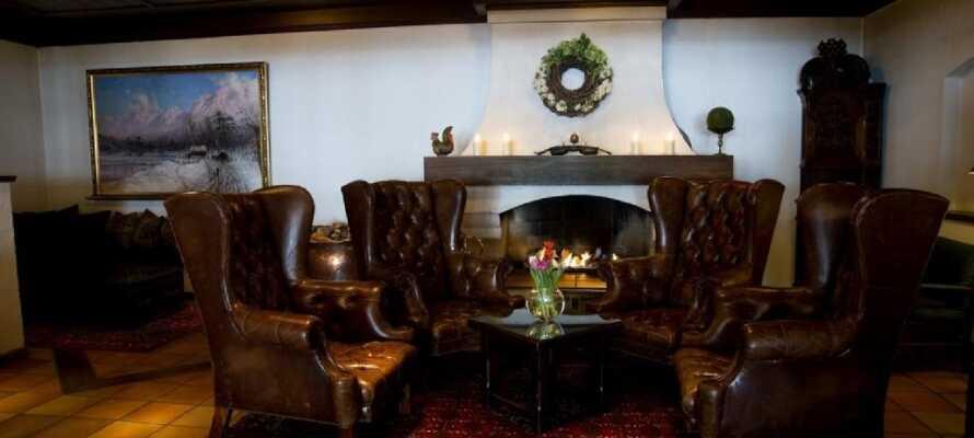 I hotellets hyggelige pejsestue kan I læse en god bog eller bare slappe af og nyde hinandens selskab.