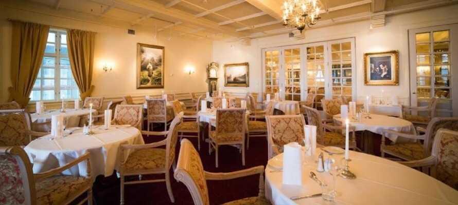 Dr. Holms Hotel har flere restauranter og spisesteder og her kan I nyde mad og drikke i smukke lokaler.