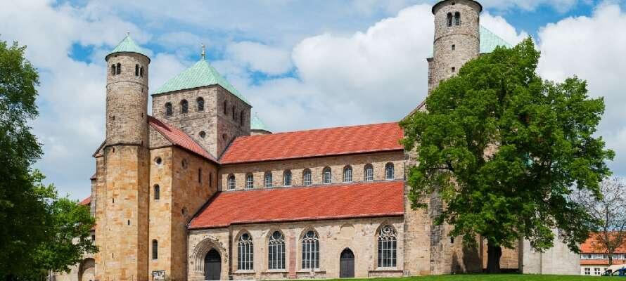 St. Michaeliskyrkan och domkyrkan St. Mariä Himmelfahrt i Hildesheim är exempel på tidig romansk byggnadskonst.