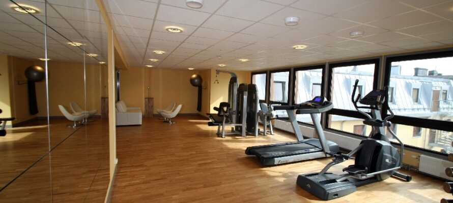 Hotellets gym är öppet dygnet runt och bjuder på utsikt över staden genom sina panoramafönster.