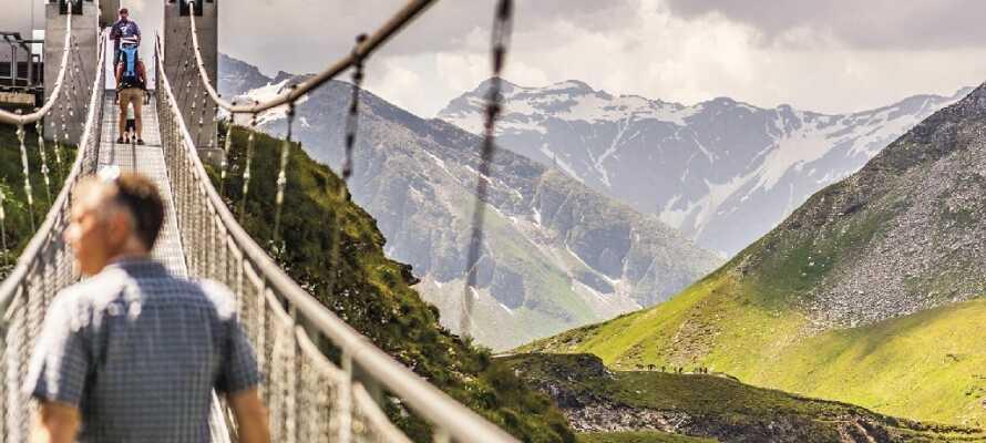 Europas højeste hængebro, som hænger 28 meter over jordens overflade og 2.400 meter over havets overflade.