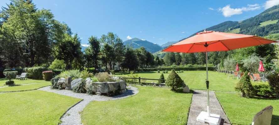 Nyd roen og solen på hotellets store område, som ligger skønt imellem bjergene.