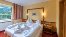 Hotellets værelser har alle udsigt mod bjergene