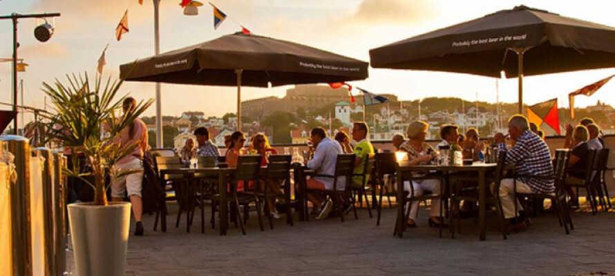 Hotellet har også uteservering på havna med nydelig utsikt over sjøen og Marstrandsön.