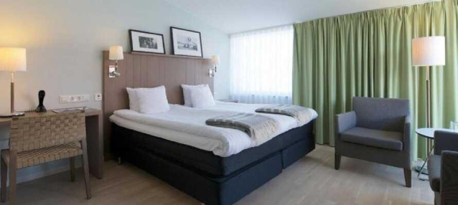 Hotellerommene er moderne innredet med materialvalg som reflekterer de naturlige omgivelsene utenfor døren. Her dominerer granittgrå og ubehandlet tre.