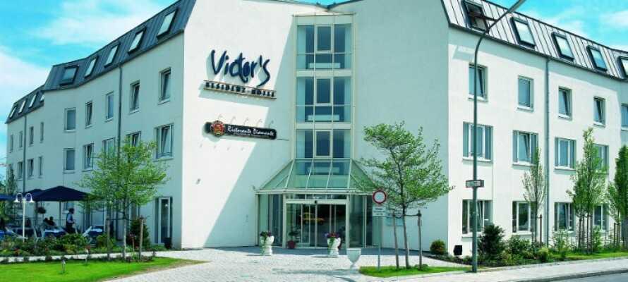 På hotellets solterass kan ni njuta av bayerska specialiteter och en kall öl om vädret tillåter.