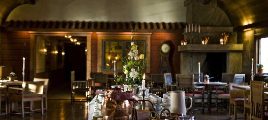 Nyd en middag i hotellets romantiske krorestaurant, hvor der hersker en dejlig atmosfære.
