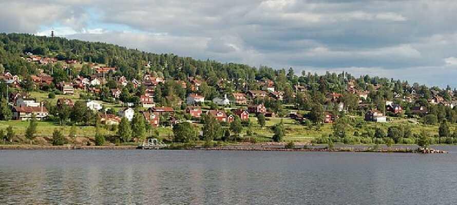 Tag en tur til Rättvik og nyd de smukke omgivelser og maleriske bygninger.