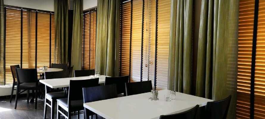Nyt et lekkert måltid i moderne omgivelser på hotellets smarte restaurant.